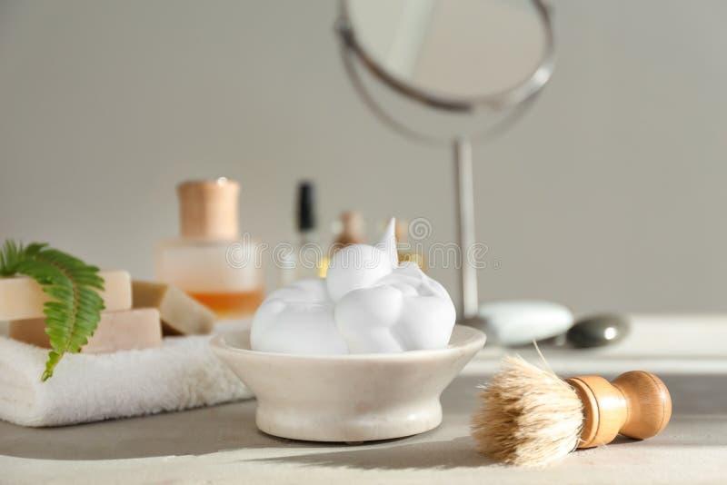 Rasage des accessoires sur la table dans la salle de bains photos libres de droits