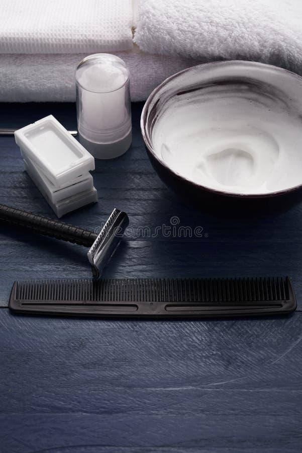 Download Rasage Des Moyens Pour Les Hommes Dans Le Salon De Beauté Image stock - Image du soin, lame: 77155531