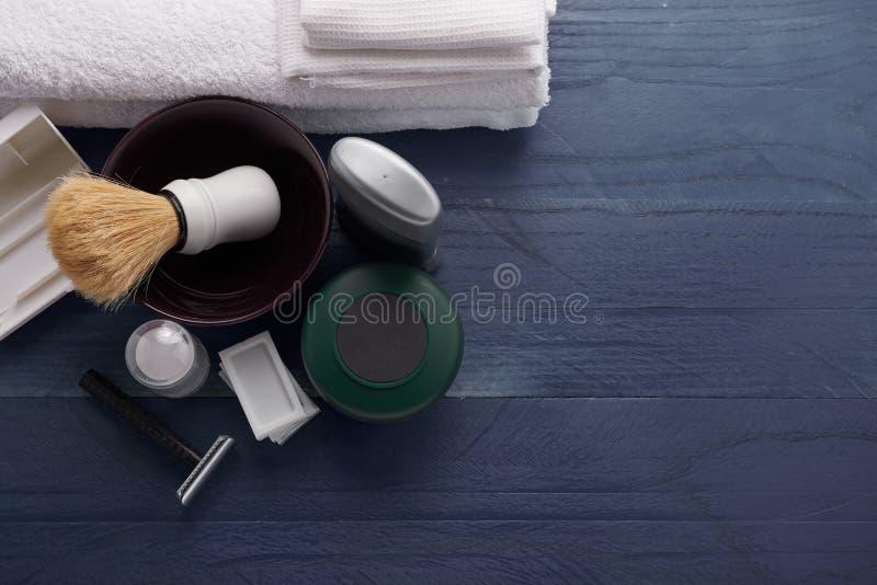 Download Rasage Des Produits Pour Les Hommes Image stock - Image du brins, bathroom: 77152313