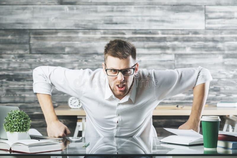 Rasande affärsman på arbetsplatsen royaltyfri fotografi