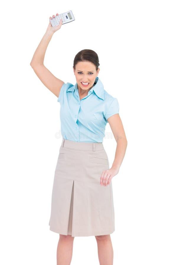 Rasande flott affärskvinna som kastar hennes räknemaskin royaltyfria foton