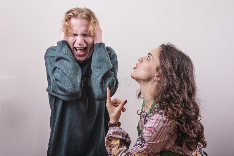 Rasande fru som är ilsken med hennes make fotografering för bildbyråer