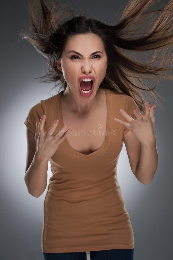 Rasande kvinna. arkivbilder
