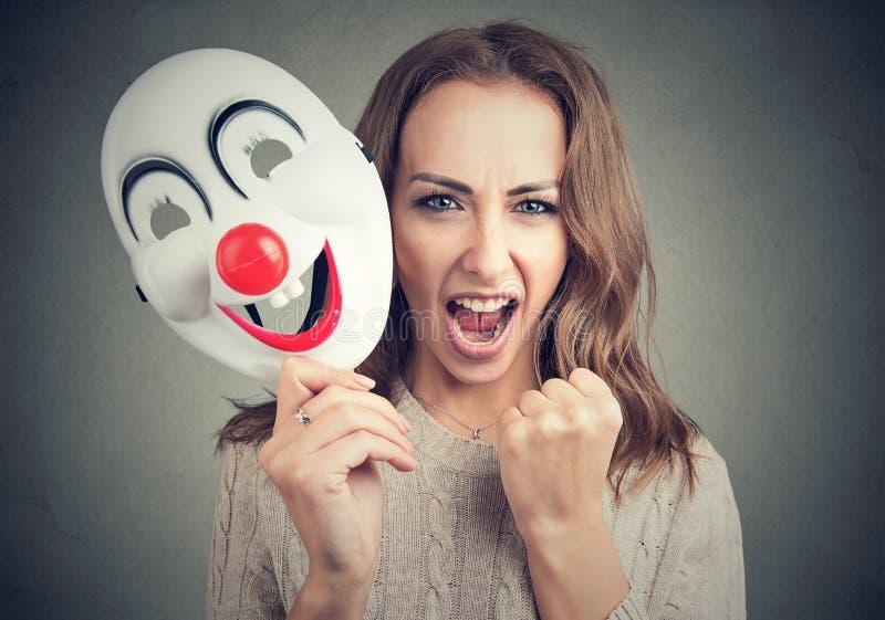 Rasande kvinna med clownmaskeringen royaltyfria foton