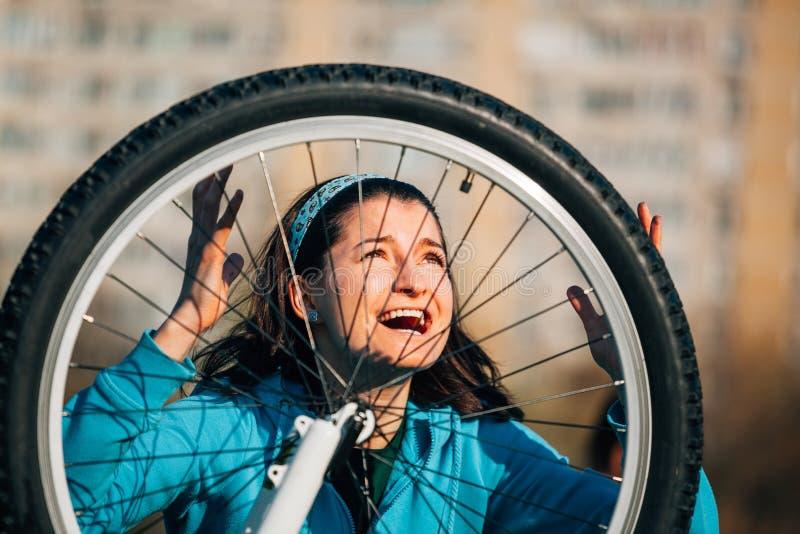 Rasande kvinna med cykelproblem royaltyfri bild