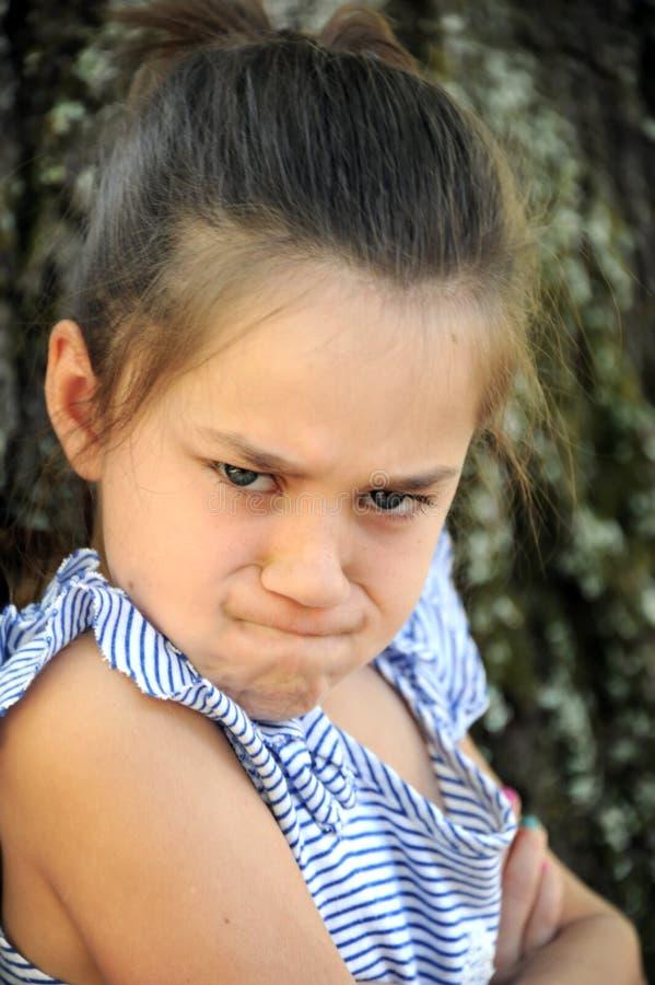 Rasande liten flicka som ser dolkar arkivfoto