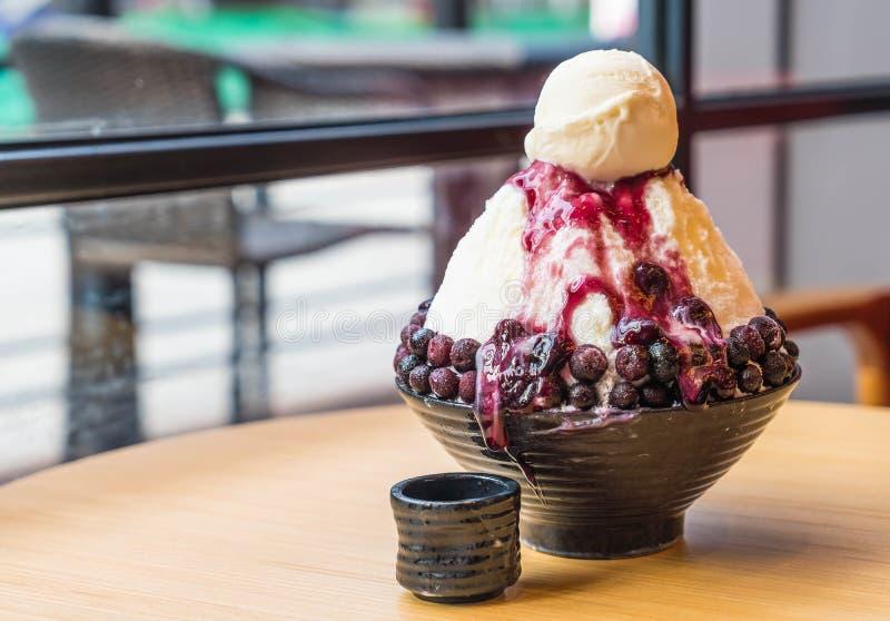 rasatura del ghiaccio con i mirtilli ed il gelato alla vaniglia immagini stock libere da diritti
