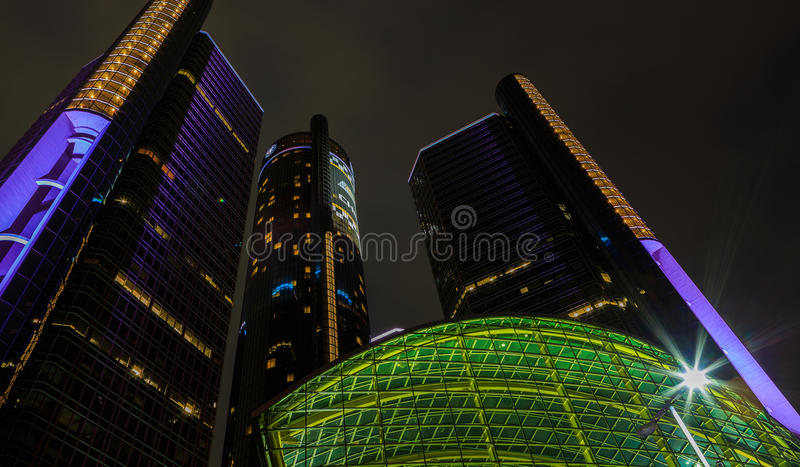 Rascacielos céntrico de la costa de Detroit en la noche imagenes de archivo
