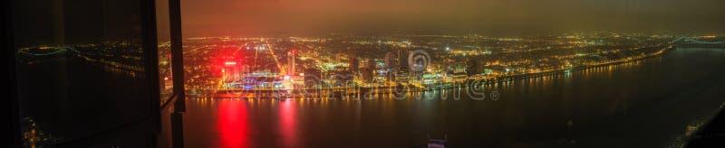 Rascacielos céntrico de la costa de Detroit en la noche desde arriba fotografía de archivo libre de regalías