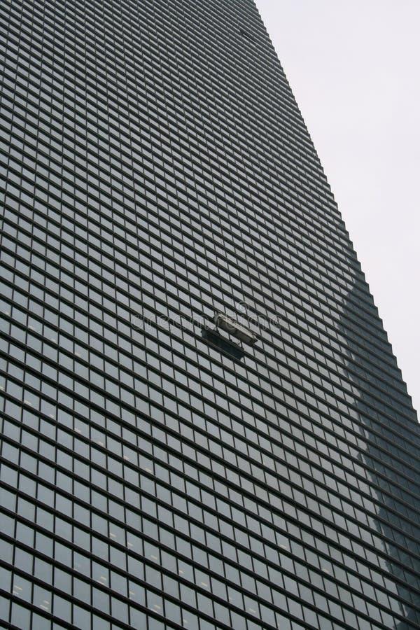Rascacielos con el producto de limpieza de discos de ventanas imagenes de archivo