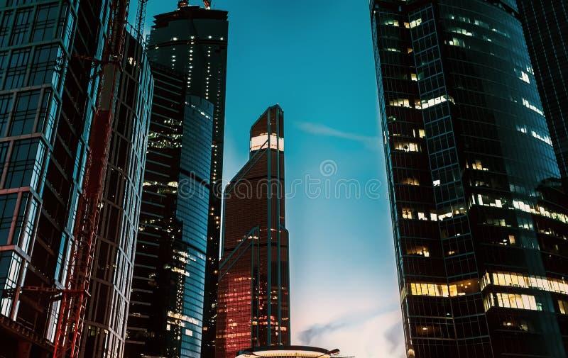 Rascacielos con las paredes de cristal contra el cielo nocturno fotografía de archivo