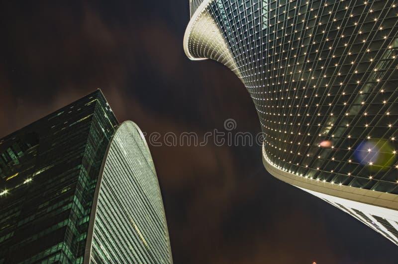 Rascacielos contra el cielo oscuro dos edificios altos, el cielo nocturno Edificios de oficinas modernos imagen de archivo