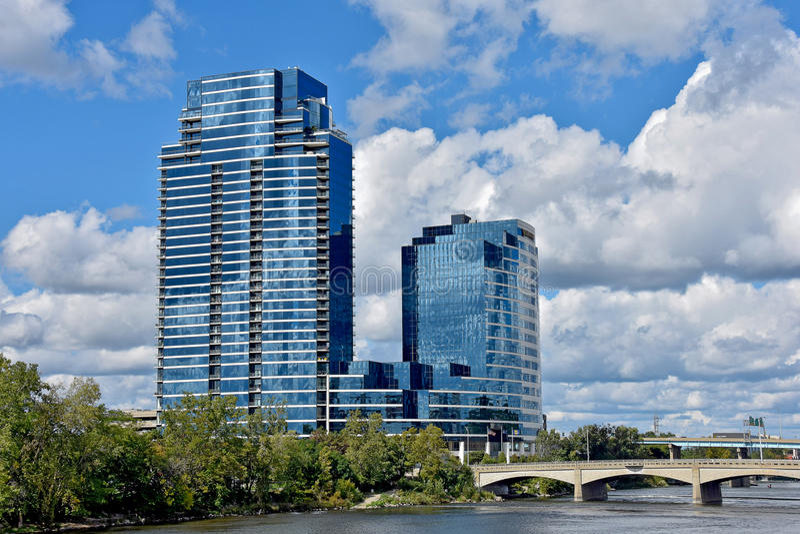 Rascacielos de cristal en el río en Grand Rapids Michigan imagenes de archivo