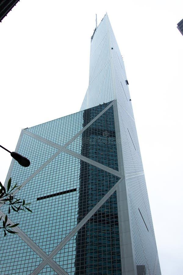 Rascacielos de cristal de la fachada en arquitectura urbana Edificio de la visión inferior con la fachada de cristal en la ciudad imagen de archivo