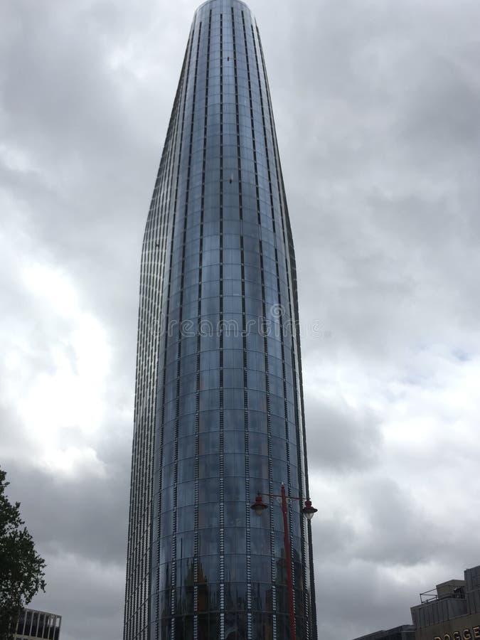 Rascacielos de cristal de Londres en un día nublado fotos de archivo