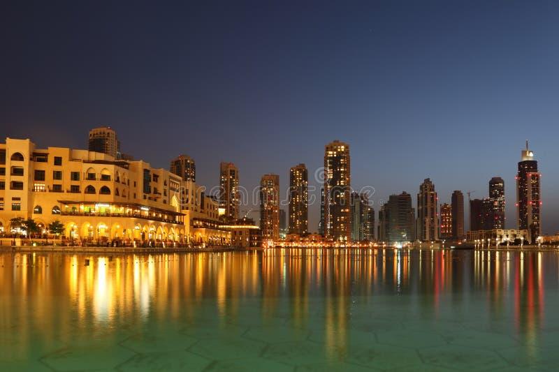 Rascacielos de Dubai y otros edificios en la noche fotos de archivo libres de regalías