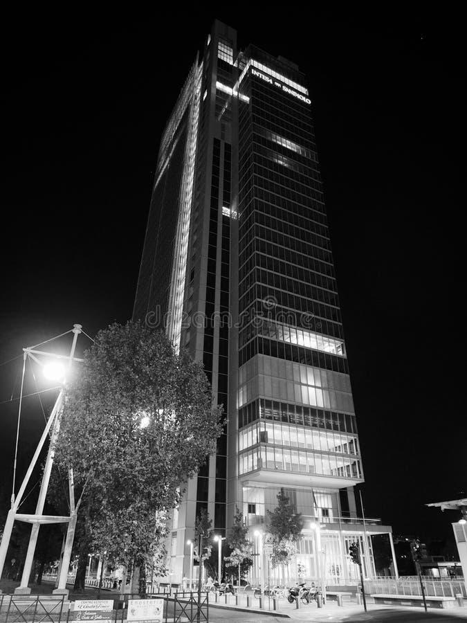 Rascacielos de Intesa San Paolo en Turín en blanco y negro imagenes de archivo