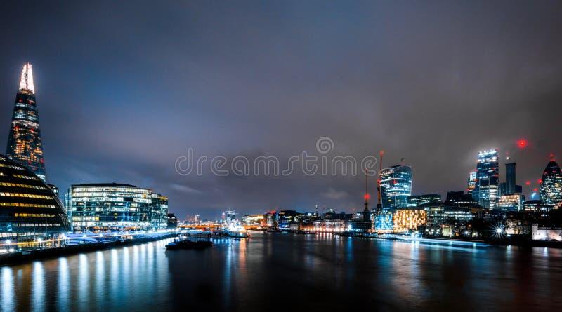 Rascacielos de Londres en la noche foto de archivo libre de regalías