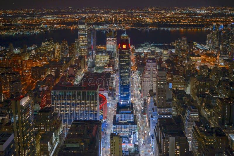 Rascacielos de Nueva York en Manhattan y el río Hudson en la noche imagen de archivo