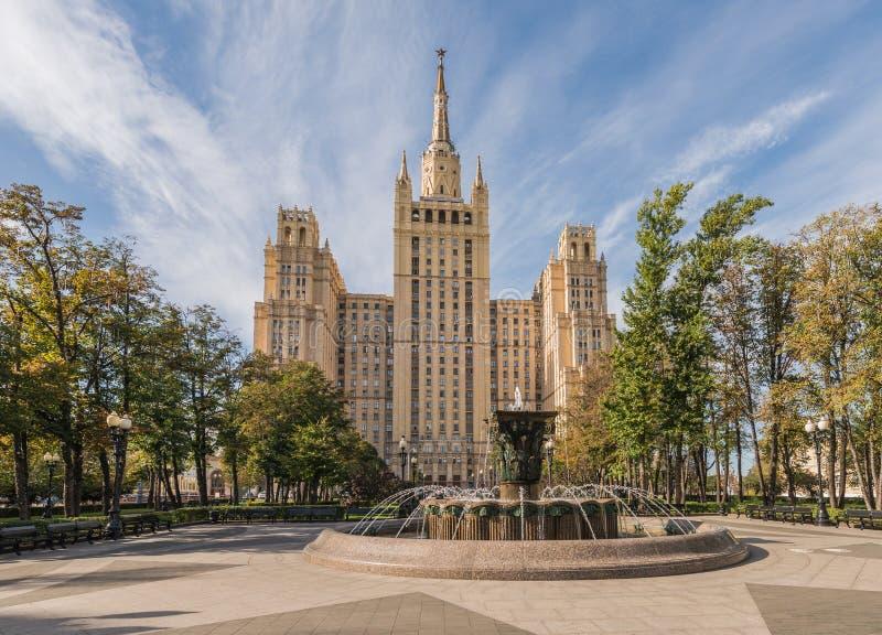 Rascacielos de Stalin en el cuadrado de Kudrinskaya fotografía de archivo