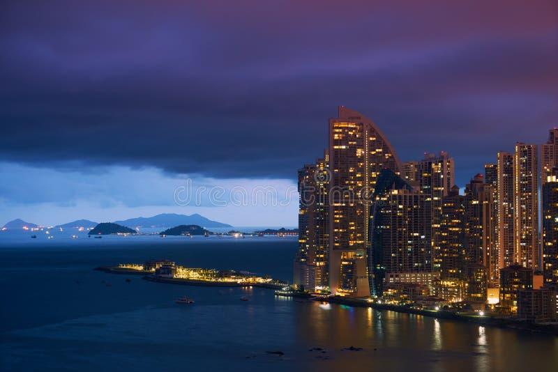 Rascacielos del club del océano del triunfo de ciudad de Panamá en la noche foto de archivo libre de regalías