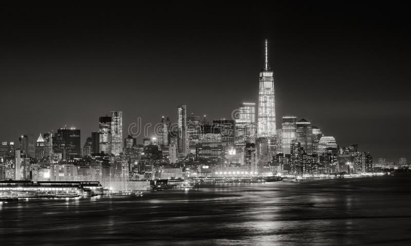 Rascacielos del distrito financiero de New York City iluminado en la noche fotografía de archivo libre de regalías
