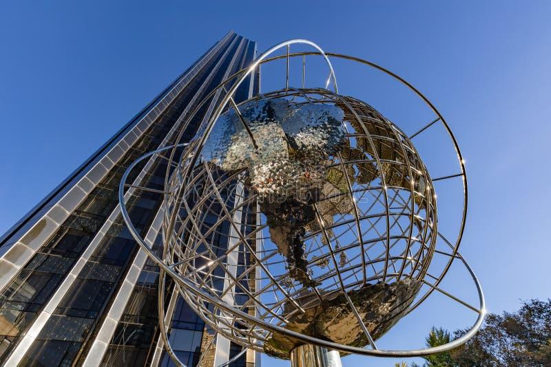 Rascacielos del hotel internacional y de la torre del triunfo con la escultura del globo del metal Midtown, Manhattan, New York C imagen de archivo