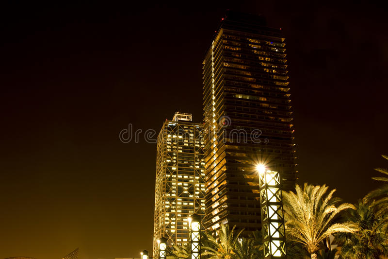 Rascacielos en Barcelona en la noche imagenes de archivo