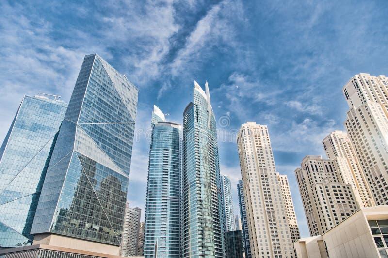 Rascacielos en Dubai, United Arab Emirates, visión inferior fotografía de archivo