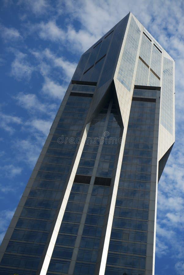 Rascacielos en el cielo nublado azul foto de archivo libre de regalías