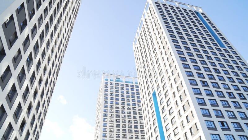 Rascacielos en el distrito financiero de New York City en un fondo brillante del cielo azul Capítulo Edificios modernos en un gra imagen de archivo libre de regalías