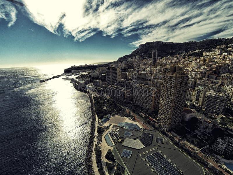 Rascacielos en foto del verano del abejón de riviera de la ciudad de Mónaco Monte Carlo imagenes de archivo