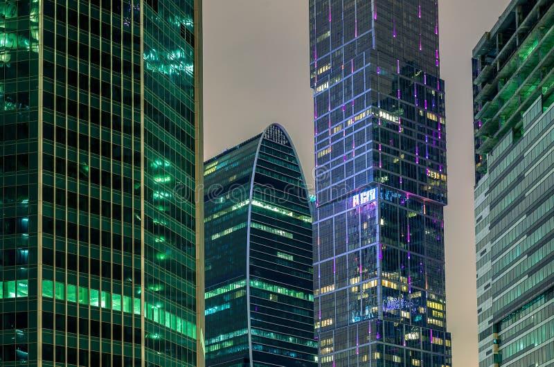 Rascacielos en la noche fotografía de archivo libre de regalías