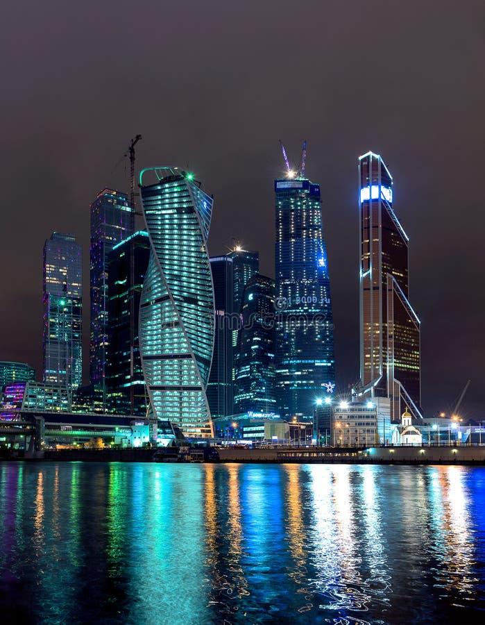 Rascacielos en la noche fotos de archivo libres de regalías