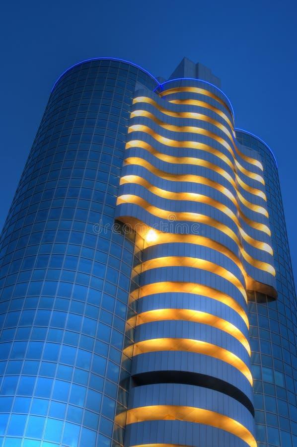 Rascacielos en la noche imagen de archivo