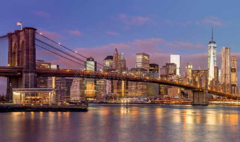 Rascacielos en la salida del sol, Nueva York del puente y de Manhattan de Brooklyn imagen de archivo
