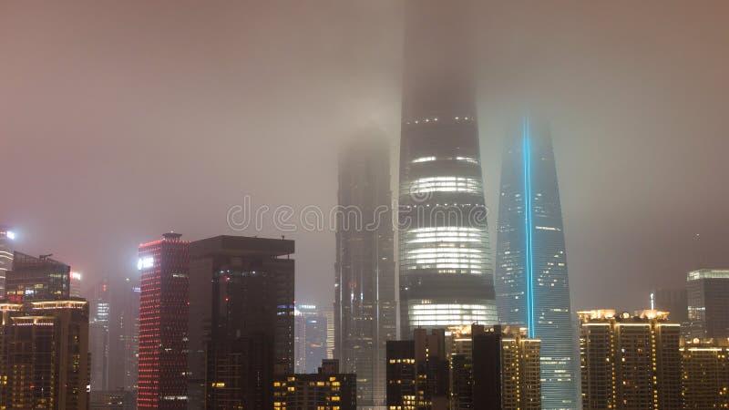 Rascacielos en las nubes en Shangai imagenes de archivo
