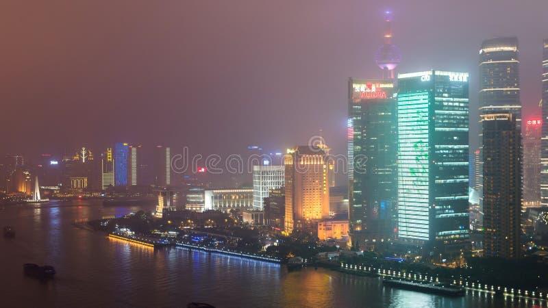 Rascacielos en las nubes en Shangai fotos de archivo libres de regalías
