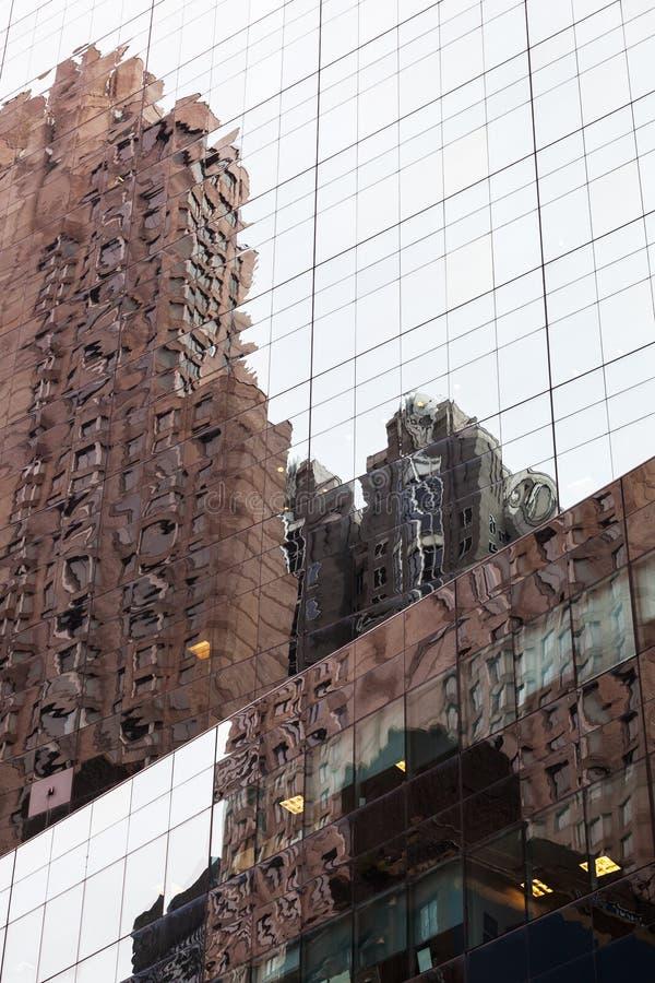 Rascacielos en Manhattan que refleja en ventanas foto de archivo libre de regalías
