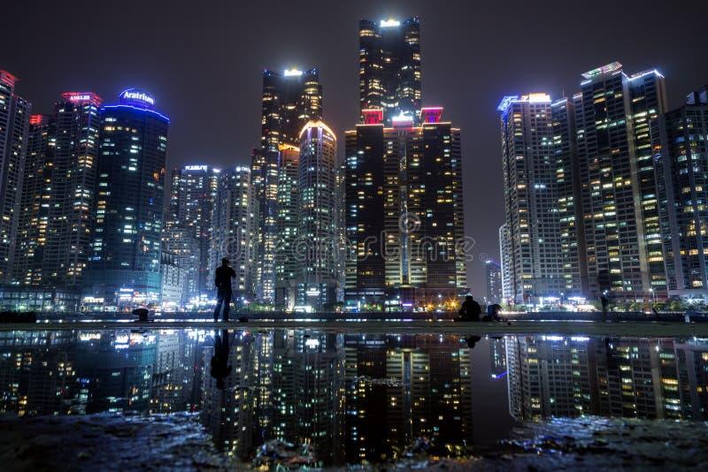 Rascacielos en Marine City en Busán en la noche imagenes de archivo