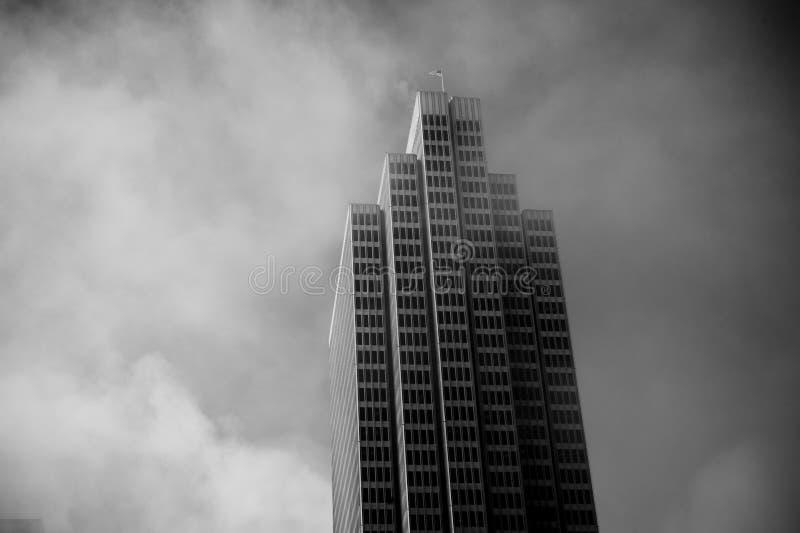 Rascacielos en niebla fotografía de archivo libre de regalías