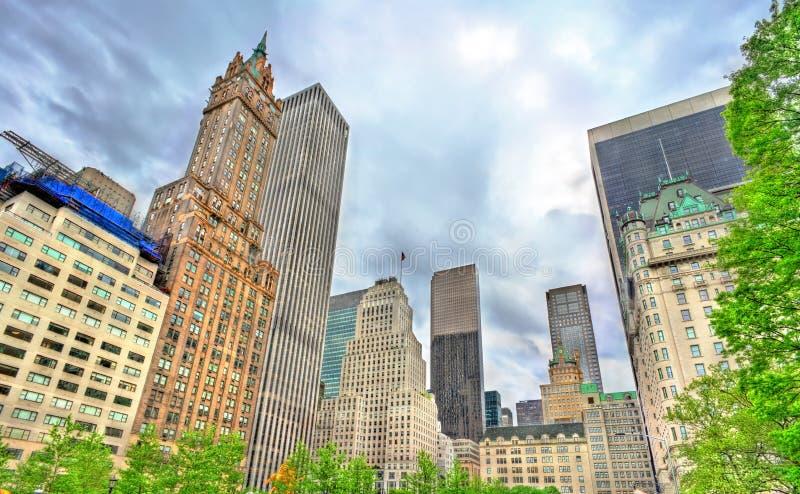 Rascacielos en plaza magnífica del ejército en Manhattan, New York City imagenes de archivo