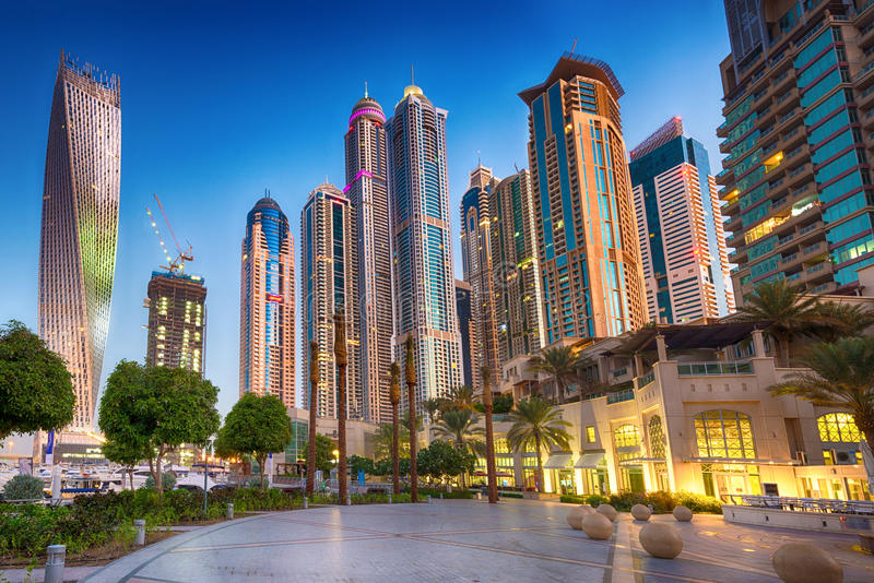 Rascacielos en salida del sol, puerto deportivo de Dubai foto de archivo