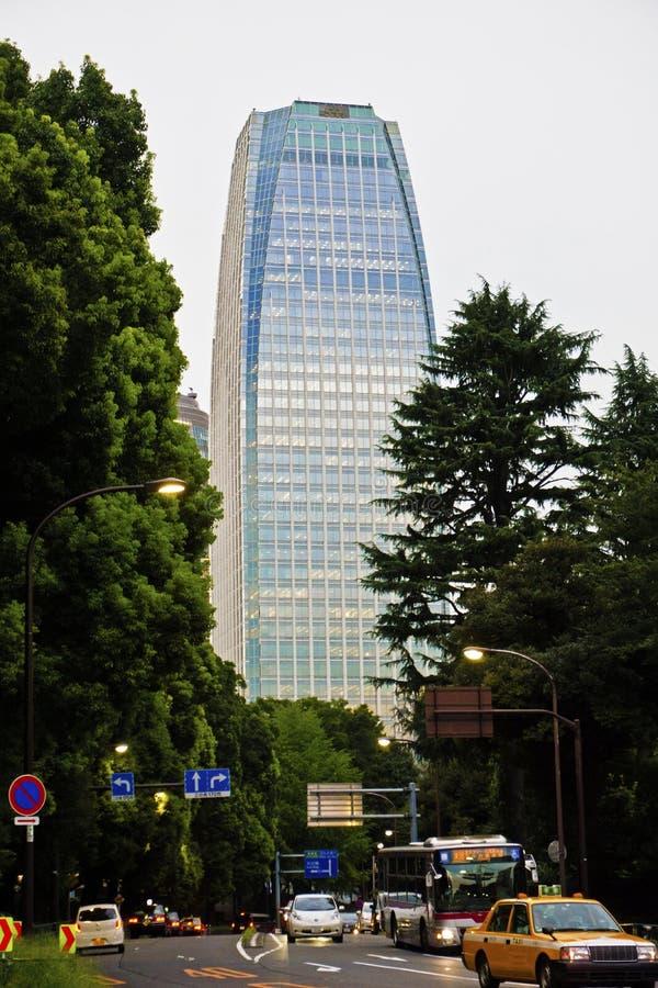 Rascacielos en Tokio, Japón, en el distrito financiero de Shinjuku imagenes de archivo