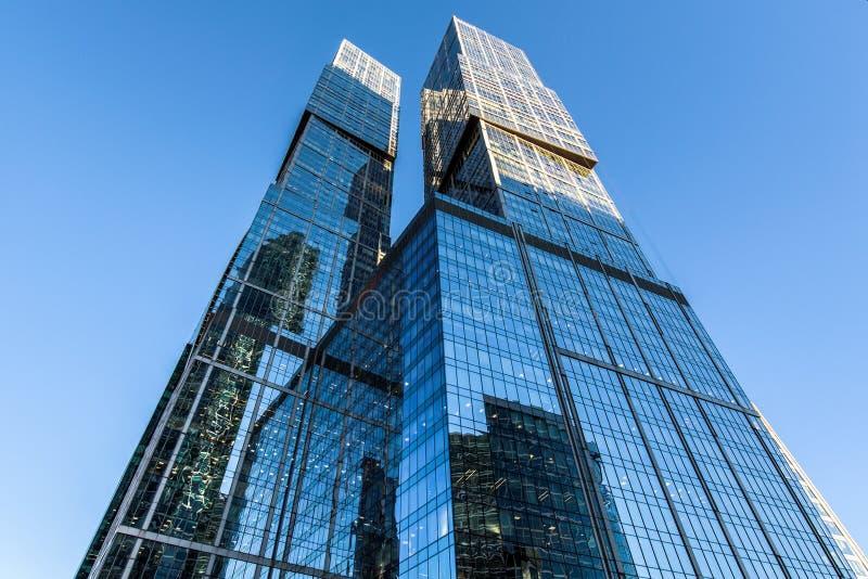 rascacielos inferiores encima de la visión fotos de archivo