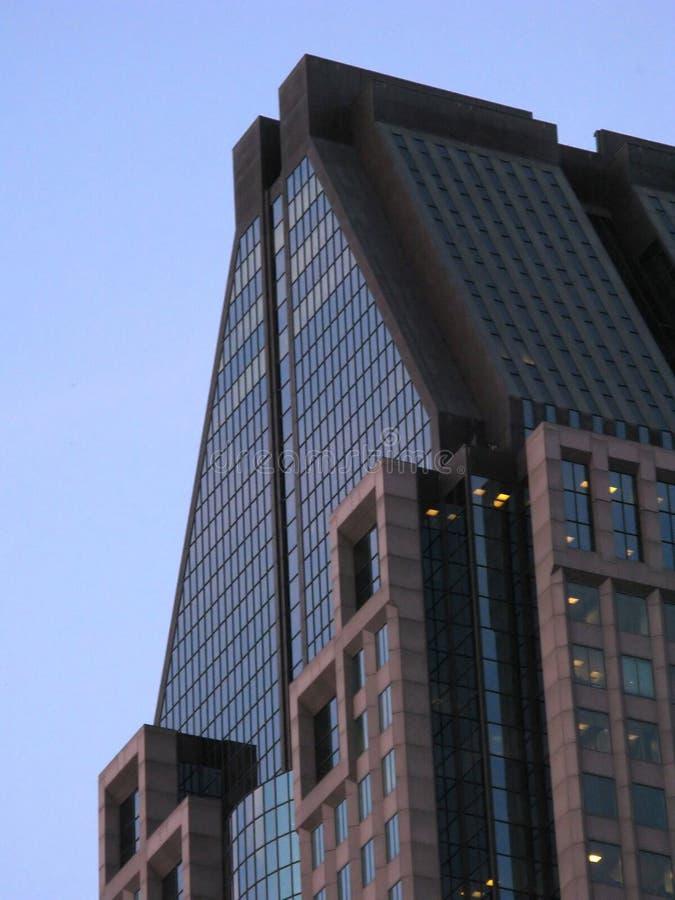 Rascacielos moderno acentuado fotografía de archivo