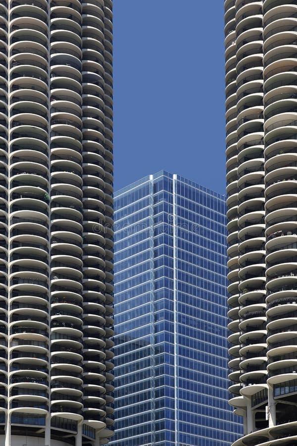 Rascacielos Moderno Enmarcado Por Un Edificio Más Viejo Imagen de ...