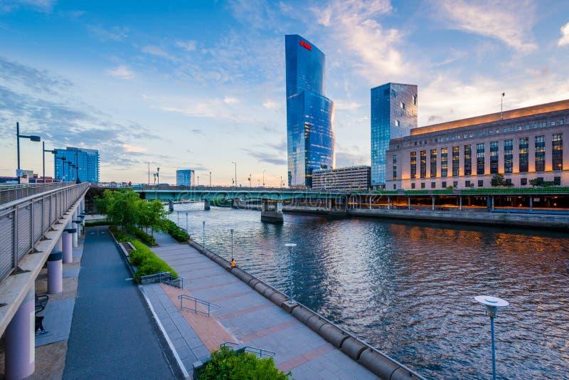 Rascacielos modernos y el río de Schuylkill, en Philadelphia, Pennsylvania fotos de archivo libres de regalías
