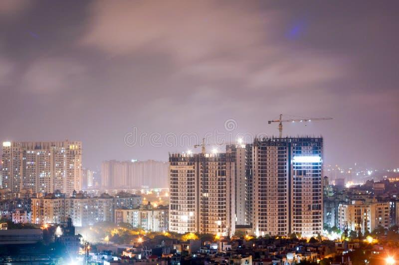 Rascacielos que es construido en el medio de ciudad imagen de archivo libre de regalías