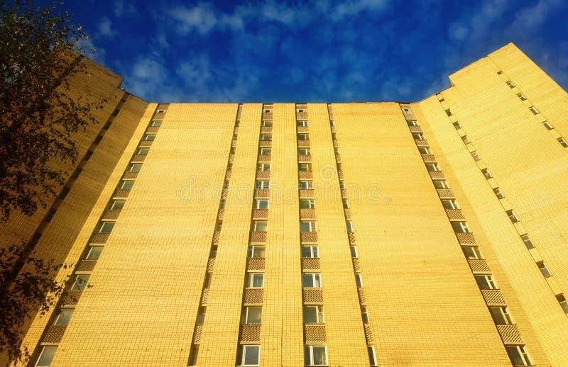 Rascacielos vertical de URSS en el fondo de Moscú imagen de archivo libre de regalías